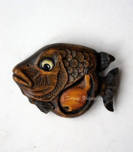 """Броши ручной работы. Ярмарка Мастеров - ручная работа. Купить Резная брошь из дерева """"Хитрая рыба, проглотившая грушу"""". Handmade."""