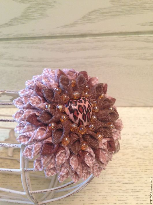 бежево-коричневая брошь Сердце с бисером из хлопка подарок девушке лаконичное украшение необычная брошь оригинальная брошка купить недорогое украшение коричневый цвет брошь цветок зажим заколка