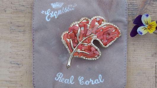 Брошь винтажная  от EXQUISITE 1950 года.   Потрясающее украшение с натуральным кораллом .