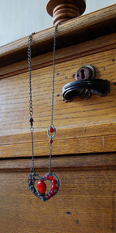 Мое сердце - авторская подвеска (кулон) из патинированной меди в форме сердца с каменными и стеклянными бусинами. Оригинальное, эффектное авторское украшение из проволоки в технике wire wrap.