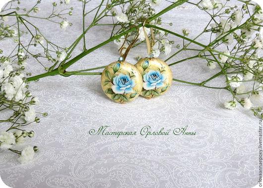 Серьги с плоской бусиной Тенша - голубая роза на золотом.