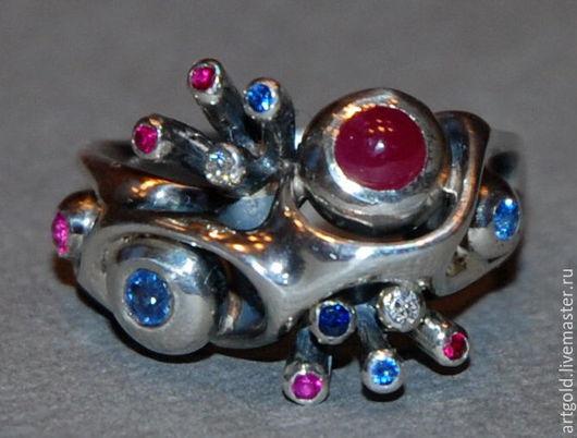 `Гелиос` - кольцо из чернёного серебра 925 пробы с натуральными рубинами, сапфирами и бриллиантами