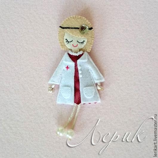 """Броши ручной работы. Ярмарка Мастеров - ручная работа. Купить Брошка-куколка из фетра """"Врач отоларинголог (лор)"""" с отоскопом. Handmade."""
