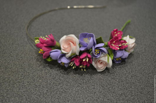 Летний ободок с цветочной композицией из пионовидных роз, яблоневого цвета и маленьких цветов.