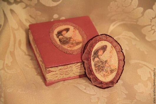 """Броши ручной работы. Ярмарка Мастеров - ручная работа. Купить Винтажная брошь в шкатулке """"Дама с розами"""". Handmade. Бордовый, кружево"""
