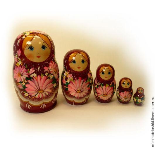 Матрёшка – это особенно притягательная и несущая в себе множество смыслов и символов игрушка. Матрёшка универсальный подарок, как для ребенка, так и для взрослого. Подарить матрёшку уместно практическ