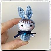 Маленькая вязаная куколка амигуруми - Зайка