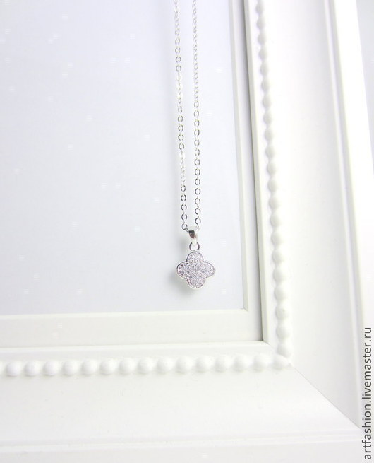 Кулон серебряный от Марии Гербст Cleef сверкающий. Кулон из серебра на цепочке Cleef сверкающий. Серебряный кулон Cleef сверкающий с инкрустацией фианитами.