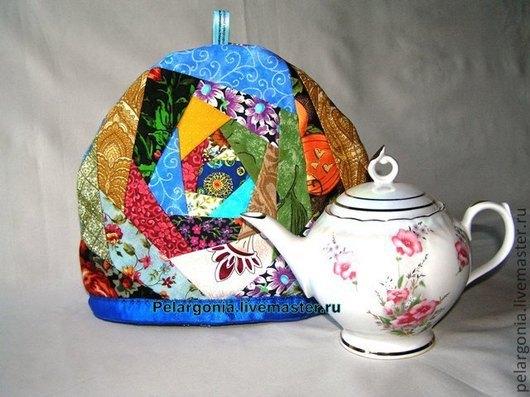 Грелка подойдет на большой чайник размером 35х25 см.\r\nНеобычное сочетание ярких лоскутков ткани делают такую грелку очень оригинальным украшением праздничного стола.
