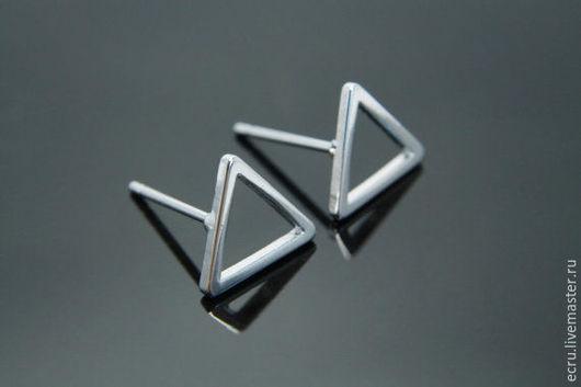 Серьги пусеты Треугольник 9 мм, фурнитура Южная Корея