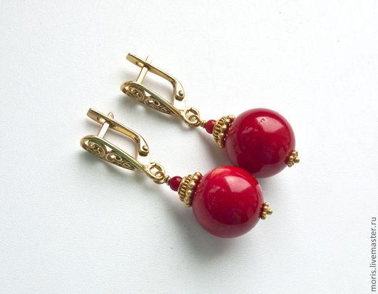 Серебряные серьги с кораллом и позолотой. Коралловые серьги из серебра в позолоте. Серьги из серебра и красных кораллов.