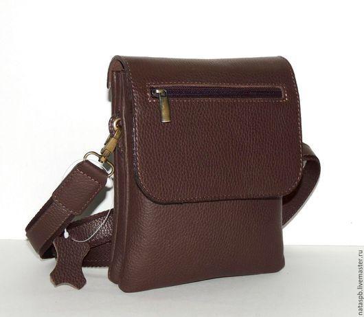 Практичная, удобная сумка. Сшита из плотной мягкой темно-коричневой кожи.