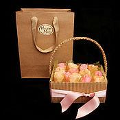 Цветы и флористика ручной работы. Ярмарка Мастеров - ручная работа Букет из конфет - 13 роз в коробке №2. Handmade.