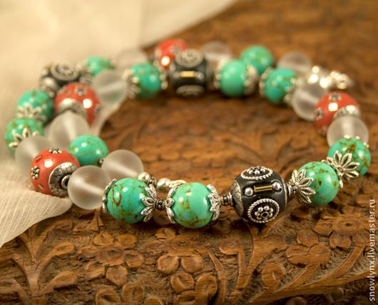 Крупные бусы с натуральными камнями - говлитом под бирюзу и горным хрусталем - и с индийскими бусинами ручной работы. Яркое и необычное украшение в индийском стиле.
