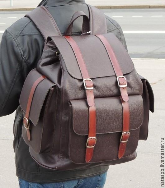 Рюкзак «Богатырь» сшит из мягкой плотной кожи красивого темно-коричневого цвета. Красивый контраст с основной кожей составляет отделочная кожа цвета красного дерева.