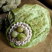 """Украшения ручной работы. Ярмарка Мастеров - ручная работа """"Зеленый лист""""  брошь с камнями из войлока оливковая. Handmade."""
