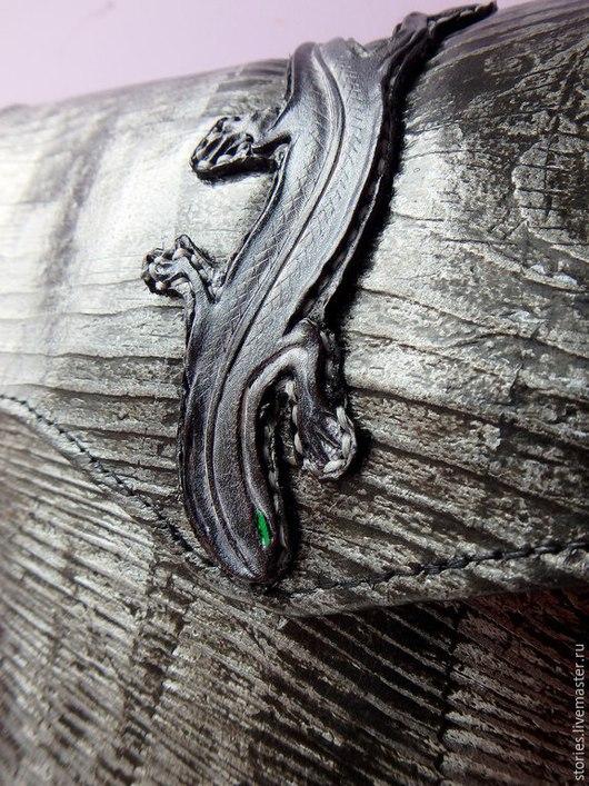 Женские сумки ручной работы. Ярмарка Мастеров - ручная работа. Купить Сумка-планшет из натуральной кожи с тиснением Wild Black Wood. Handmade.