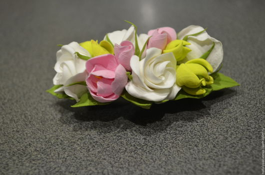 ЗАКОЛКА-АВТОМАТ с розами, фрезией и сукулентусами