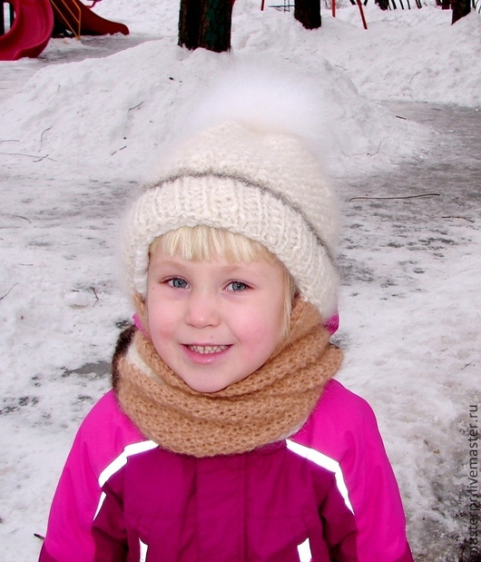 Зимний комплект на ребенка – девочку  . Шапка вязаная из собачьего пуха зимняя  «Снежинка» с  шарфом . Комплект. Помпон из шерсти  песца .  Ручное прядение. Ручное вязание . Размер52.