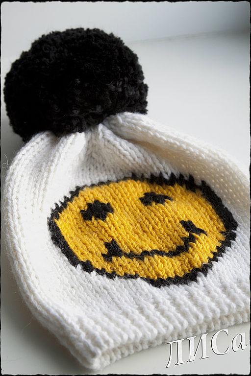 вязаная шапка со смайликом: