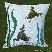 Для дома и интерьера ручной работы. Ярмарка Мастеров - ручная работа Подушка со шпорцевыми лягушками. Handmade.