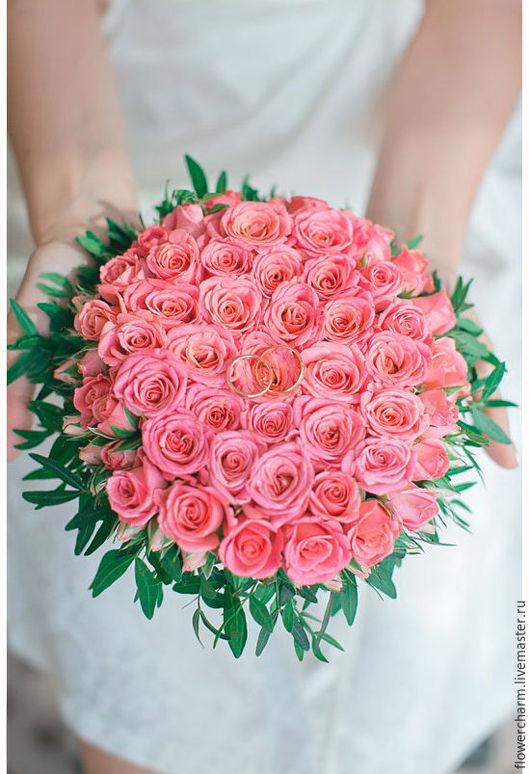 Подушечка для колец из розовых кустовых роз