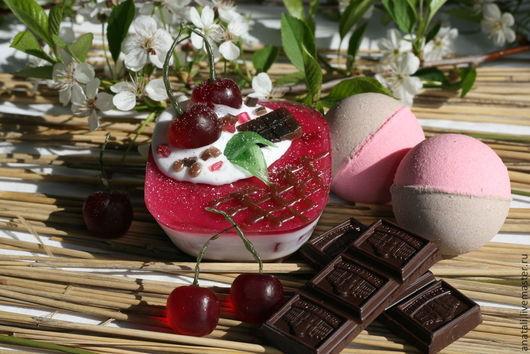 Мыло-пироженое `Вишня в шоколаде`. Это сладкий и необычный подарок для вашего вечера после трудного рабочего дня. Некаллорийная радость для любителей вишни и шоколада.