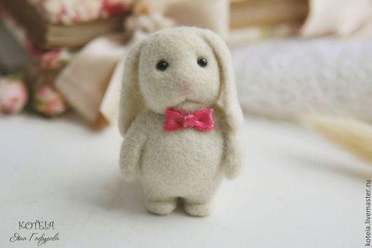 """Броши ручной работы. Ярмарка Мастеров - ручная работа. Купить Брошь  """"Мальчик - зайчик"""". Handmade. Белый, заяц брошка"""