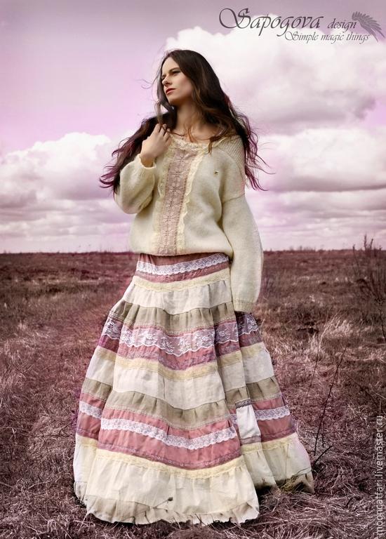 Длинная юбка украшенная кружевом