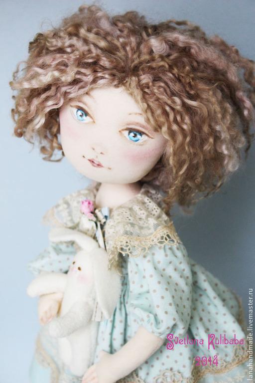 Куколка Алиса, интерпретация известного литературного персонажа. Высота куколки 45см вместе с подставкой. Одежда: платье, панталончики, ботиночки, носочки. Одежда снимается. Материалы, лён, кудри барашка крашенные, хлопок с коллекции Тильда, кружево бельгийское, цветы бумажные ручной работы, тесьма, роспись масляная, обувь -замша натуральная, подставка деревянная.