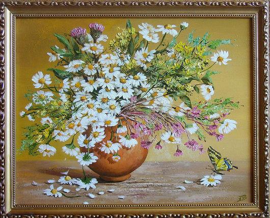 Солнечное лето  я поставила в кувшин! Мои любимые ромашки светятся белыми головками, создавая чудесиое ружево. Настроение лета, запах полевых цветов, легкое касание бабочек- все это на картине.