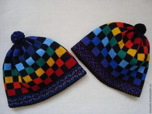 Готовая работа-шапочка справа, р-р 56-57. Фон - черный, квадратики узора - цвета радуги, ярче, чем на фото. Фон - черный.