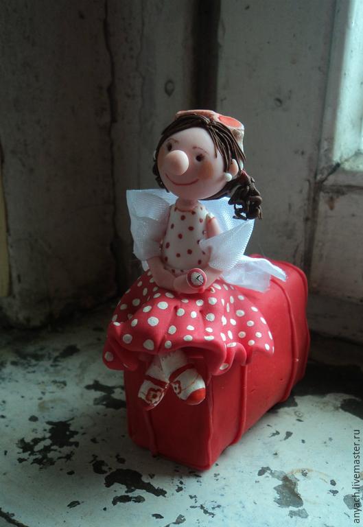 Статуэтки ручной работы. Ярмарка Мастеров - ручная работа. Купить Девочка с чемоданом (не фея:))). Handmade. Ярко-красный, приключение