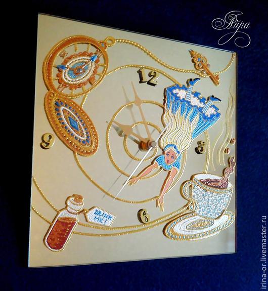 """Часы для дома ручной работы. Ярмарка Мастеров - ручная работа. Купить Часы зеркальные """"Алиса в стране чудес"""". Точечная роспись. Handmade."""