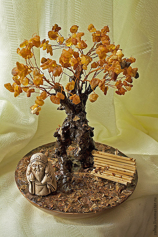 Янтарь - символ счастья и здоровья. Янтарь является источником творческих сил, веры и оптимизма.  Дзаошень (нэцке) - хранитель домашнего очага, приносит спокойствие, надежность и семейное счастье.