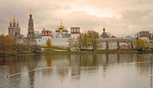 Новодевичий монастырь притягивает взор, невозможно оторваться от его архитектуры и куполов. Настоящая московская жемчужина!