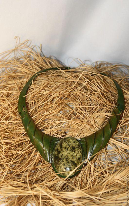 Колье, бусы ручной работы. Ярмарка Мастеров - ручная работа. Купить Колье из кожи со змеевиком. Handmade. Зеленый