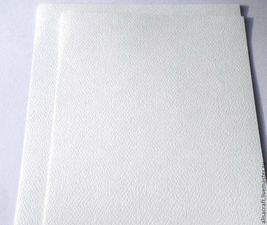 Белая бумага с фактурой под `фетр`. На фото представлены два формата (15х24 см и 17х25 см).