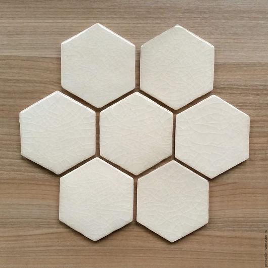 Шестиугольная керамическая плитка ручной работы. Бежевый цвет, прозрачная глазурь с эффектом кракле
