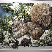 Картины и панно ручной работы. Ярмарка Мастеров - ручная работа Картина вышитая лентами Белочка на заснеженной ветке сосны. Handmade.