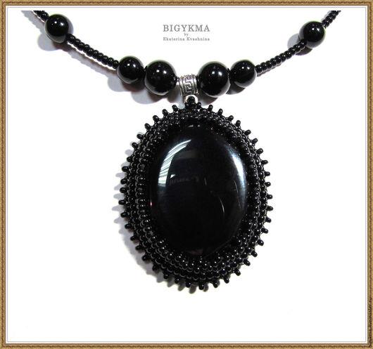 Кулон Black с черным агатом. Стильное и универсальное украшение. Выполнено в технике вышивка.