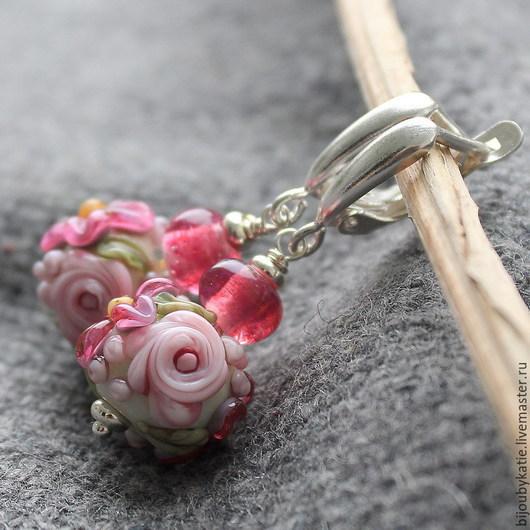 Лэмпорк серьги со стеклянными бусинами ручной работы в технике лэмпворк. Серьги рубиновые в романтическим стиле шебби шик