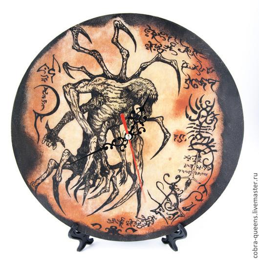 """Часы для дома ручной работы. Ярмарка Мастеров - ручная работа. Купить Часы """"Ктулху"""", роспись. Handmade. Некрономикон, Декупаж"""