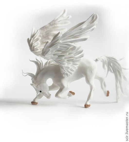 """Сказочные персонажи ручной работы. Ярмарка Мастеров - ручная работа. Купить фигурка маленькая """"Белый пегас в поклоне"""" (лошадь в поклоне). Handmade."""