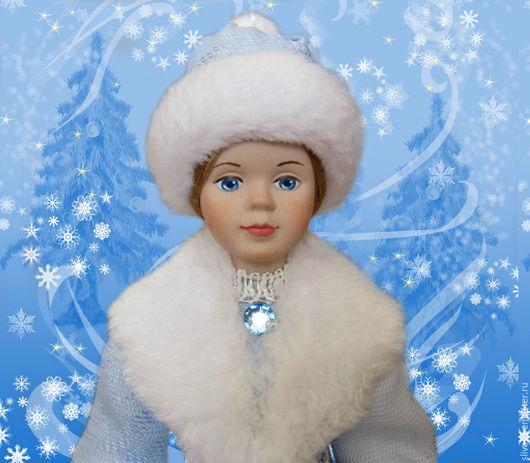 Сувенирная кукла Снегурочка в нежно-голубой шелковой шубке с большим белым воротником и пушистой меховой шапочке. Фарфоровая кукла ручной работы. Купите сувенирную куколку Снегурочка!