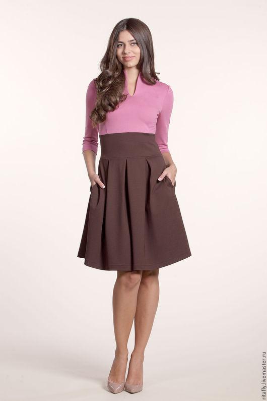 кокетливое женское платье на каждый день из джерси. Платье с широкой юбкой и красивой отстрочкой. в юбке карманы. Очень милое платье в офис и на каждый день.