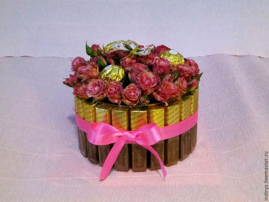 Подарки для влюбленных ручной работы. Ярмарка Мастеров - ручная работа. Купить Торт из живых цветов и конфет на 14 февраля. Handmade.