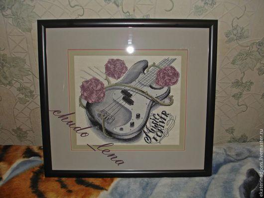 Гитара. Авторская схема для вышивки крестом. Отшив вышивальщицей  (розы раскрашены ею ). Гитара в серых тонах стоит 200 рублей. Гитара с розовыми розами - 250 рублей.