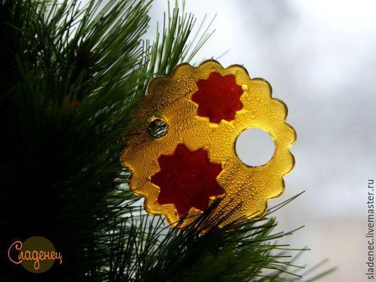 СЛАДЕНЕЦ новогодние снежинки. (авторские карамельные леденцы) На фото заливка карамели в 2 цвета. Цена 80р\шт.