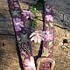 Тускло - фиолетовый фон ремня. розоватые цветы, веточки разных оттенков зелёного цвета, - к одеждам многих цветов подойдет этот ремень, да и в джинсах будет хорош.